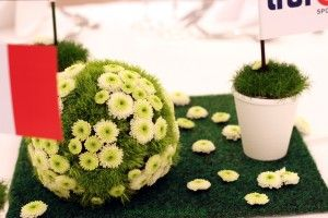 Blumenkugeln // Tischdekoration mit Blumenkugelnim #MünchenMarriott zum Fußball Länderspiel Deutschland Italien Für einen besonderen Anlass eine besondere Tischdekoration. Den Fußball elegant auf den Tisch bringen mit einer grün weißen Blumenkugel. Die Blumenkugel wurde aus weißen Chrysanthemen und grünen Nelke... - http://www.blumendeko.de/blog/blumenkugel/
