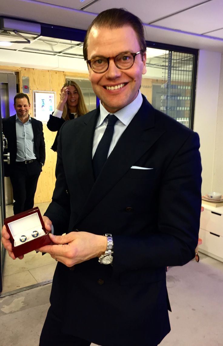 HRH Prince Daniel of Sweden with a pair of Three Crown Royal Blue Cufflinks by Manschettbutiken. #manschettbutiken #cufflinks #cufflinkfashion #menswear #Sweden #trekronor #ThreeCrowns #manschettknappar www.manschettbutiken.se  Kungligt bra dag för Manschettbutiken. HKH Prins Daniel fick ett par Tre Kronor Royal Blue Gold som han uppskattade mycket.