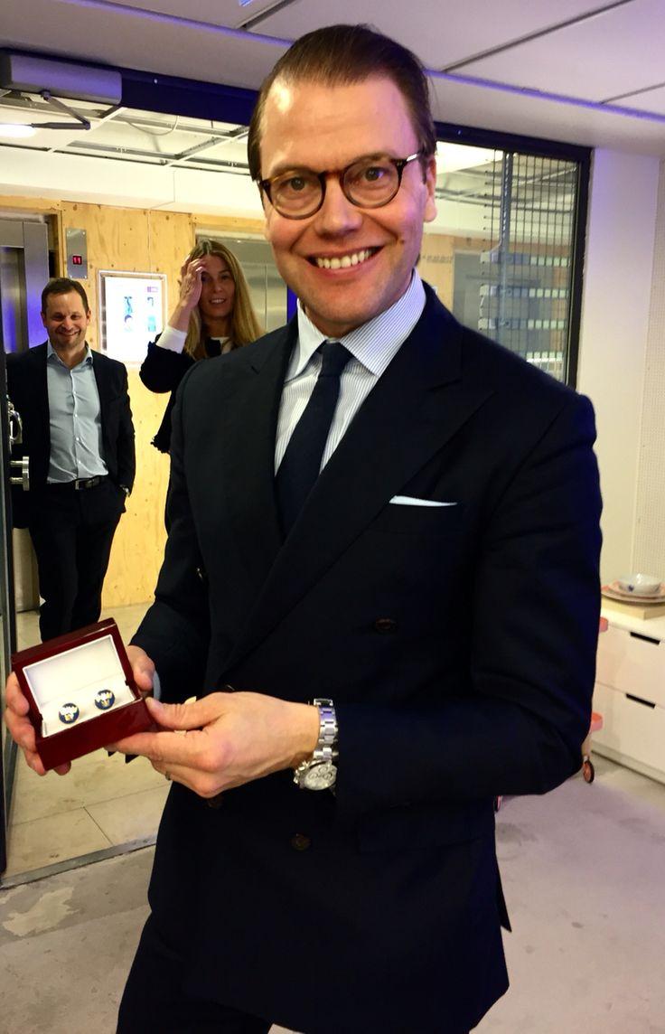 HRH Prince Daniel of Sweden with a pair of Three Crown Royal Blue Cufflinks by Manschettbutiken. #manschettbutiken #cufflinks #cufflinkfashion #menswear #Sweden #trekronor #ThreeCrowns #manschettknappar www.manschettbutiken.se  Kungligt bra dag för Manschettbutiken. HKH Prins Daniel fick ett par Tre Kronor Royal Blue Gold som han uppskattade mycket.