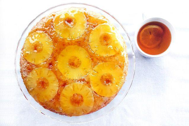 La torta rovesciata all'ananas è una torta leggerissima sormontata da una cascata di dorato caramello che la rende golosa ed appetitosa.