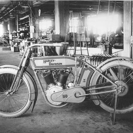 In 1909 The six-year-old Harley-Davidson Motor Company introduces its first V-twin powered motorcycle, the Model 5-D (V-Twin). With a displacement of 49.5 cubic inches, the bike produces seven horsepower. The image of two cylinders in a 45-degree configuration would fast become one of the most enduring icons of Harley-Davidson history. Also available for the first time from the Motor Company are spare parts for motorcycles.  #harleydavidson #harley #harleys #customharley #flathead #panhead…