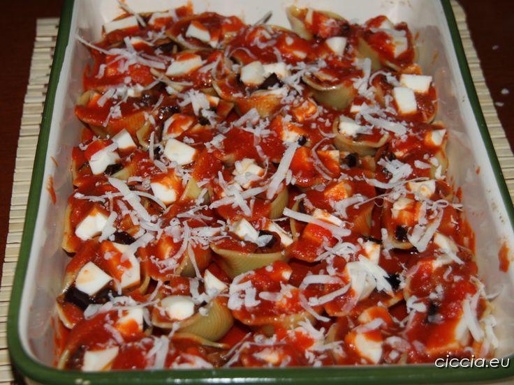 I conchiglioni ripieni melanzane e scamorza sono un tipo di pasta al forno dal gusto semplice che conquisterà i vostri ospiti.Una ricetta ideale da preparare...