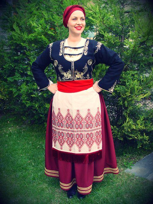 """Η Σφακιανή είναι η γιορτινή ή νυφική φορεσιά της περιοχής των Σφακίων και φορέθηκε σε ολόκληρη τη δυτική Κρήτη. Είναι η φορεσιά με τα παλιότερα στοιχεία απ"""" όλους τους τύπους ενδυμασιών π ου παραλάβαμε στις αρχές του 20 ου αιώνα. Αποτελείται από πολύπτυχη φούστα σε χρώμα βυσινί ή καφέ συνήθως."""