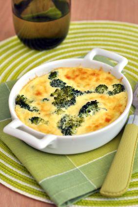 Un mets rapide qu'on fait avec les restes de légumes. Au lieu du brocoli, on ajoute des restes de haricots verts, d'épinards et même de pommes de terre sautées.