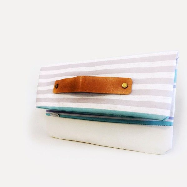 The hand clutch, compact, elegant and handy. A twin sister of Sophia L it can unfold into a tote bag.