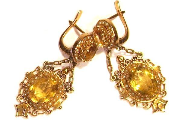 Importanti orecchini d'epoca in oro giallo 750/1000 primi anni '900, raffinata manifattura artigianale in stile Regina Vittoria con incastonati 2 topazi circondati da una fila di perline naturali di acqua di mare. Chiusura a saltarello.