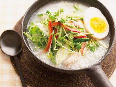 サラダがゆレシピ 講師はきじま りゅうたさん|昆布と鶏手羽肉のダブルのだしに、香り、歯ごたえのよい野菜をたっぷりのせて、爽やかな新食感を楽しみましょう。
