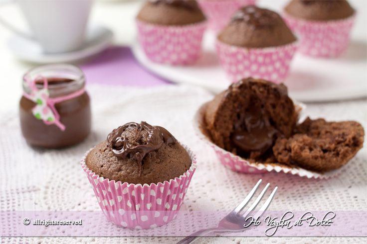 Muffin alla nutella con un cuore morbido di nutella. Ricetta dolci facili e veloci per la colazione e la merenda. Dolcetti al cioccolato soffici e morbidi