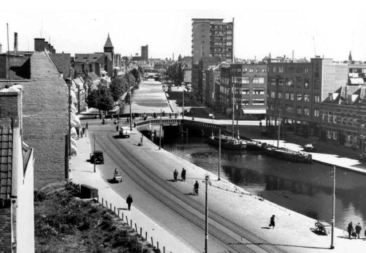 Rotterdam - Schiekade richting centrum. Links het torentje van het St. Franciscus Gasthuis. De flat rechts is aan het Ungerplein.
