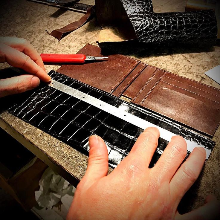"""Making a Genuine Louisiana Alligator wallet on request. Hard and scrpulous work. Stylish Leathersmith try my """"Ecleticism"""" ;) Nicola Meyer Leather Creations handmade in Italy #alligatorwallet #alligatorleather #crocodilewallet #crocodileleather #crocodilebespoke #fattoamano"""