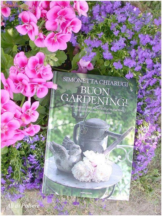 Ali di Polvere: Buon Gardening! Il libro di Simonetta Chiarugi  Uno dei libri più belli sul giardinaggio, pubblicato proprio poche settimane fa, è Buon Gardening! di Simonetta Chiarugi.  La prima volta che io e Simonetta ci siamo scritte e conosciute in questo mondo virtuale è stato per un post sulle stampe botaniche che avevo scritto sul mio primo blog. Da quel momento (sono passati alcuni anni^^) ho avuto modo di scoprire il suo blog e di seguire il suo lavoro fatto di piccoli/grandi…