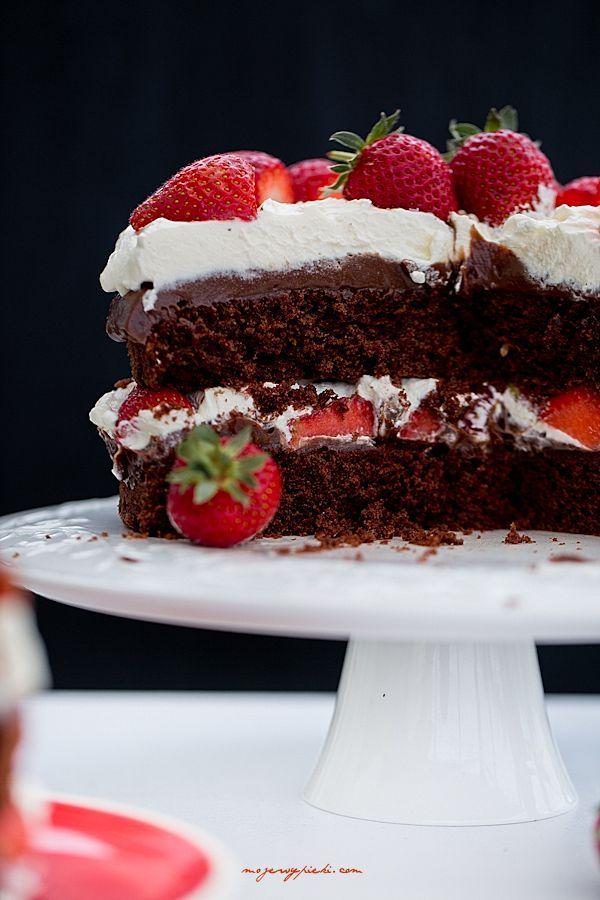 Tort czekoladowy z nutellą i truskawkami