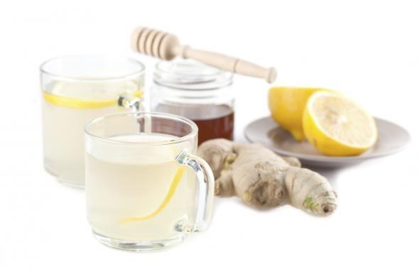 Schlankwasser mit Inger und Zitrone Rezept: Ingwer-Zitrone-Tee als Schlankwasser  Zutaten  Ingwer-Wurzel Zitrone Honig oder Ahornsirup Zubereitung  Den Ingwer schälen und in dünne Scheiben schneiden. Die Zitrone auspressen. Ingwer mit kochendem Wasser übergießen und mindestens zehn Minuten ziehen lassen. Den Honig oder Ahornsirup einrühren und zum Schluss erst den Zitronensaft hinzugeben. Bei Bedarf nachsüßen.