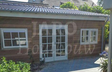 Mantelzorgwoning van cederhout met een dubbele deur en twee ramen