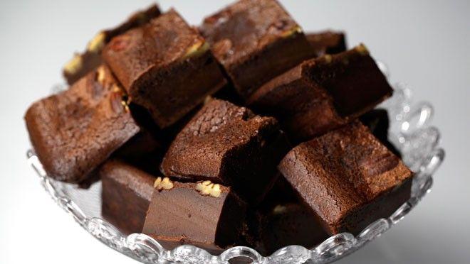 Rudolph's Bakery | door. Meng het zelfrijzend bakmeel met cacao en zout. Roer het bakmeel door het eimengsel en meng door de chocolade. Vet de bakvorm in en bekleed met...