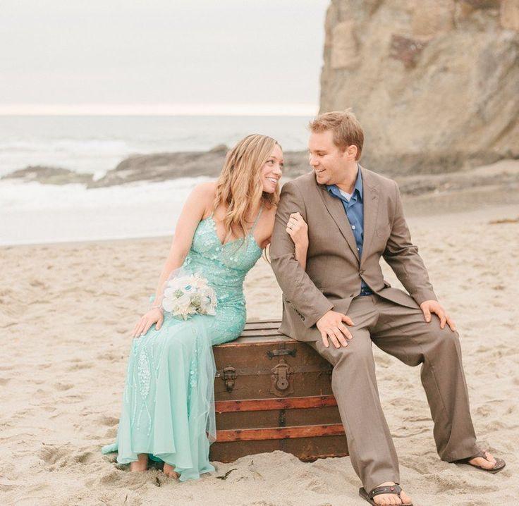 mariage sur la plage robe de mariée en turquoise costume homme mariage avec flips flops