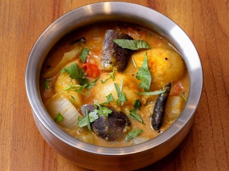 サンバル(豆と野菜のカレー) - ナイル 善己シェフのレシピ。南インドの料理のひとつ、スパイスと季節の野菜の旨みを楽しむスープ仕立てのカレー。 インドでよく食べられる緑豆の皮をむいたムングダールは、ターメリックと煮込んでペースト状にしてからカレーに加えます。 野菜は火の通る時間を計算して入れてください。辛味は唐辛子の量で調節を。