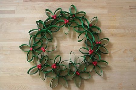 Corona de Navidad con Tubos reciclados de papel higiénico