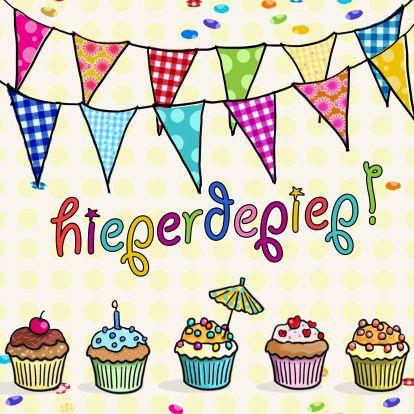 Leuke kaart met cupcakes en slingers. Design Birthday Card / Verjaardagskaart by Anet van de Vorst www.kaartje2go.nl