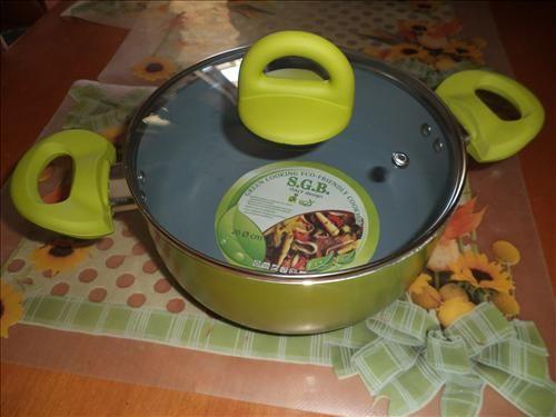 Αντικολλητική κατσαρόλα με πράσινα εργονομικά χερούλια και εσωτερικό κεραμικό πάτο για εξαιρετικό μαγείρεμα.SGB-ECO.