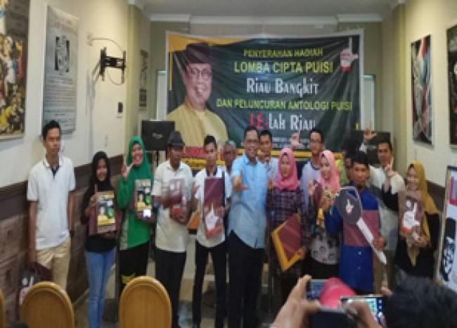 Pekanbaru, Oketimes.com - Berangkat dari kerisauannya dengan negeri ini, Ahmad Hijazy Hasbullah peserta lomba cipta puisi yang digelar Tim Relawan AKU LE (Lukman Edy) terpanggil