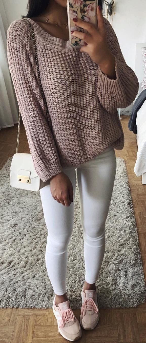 #winter #outfits beige sweatshirt. Pic by @thanyaw.