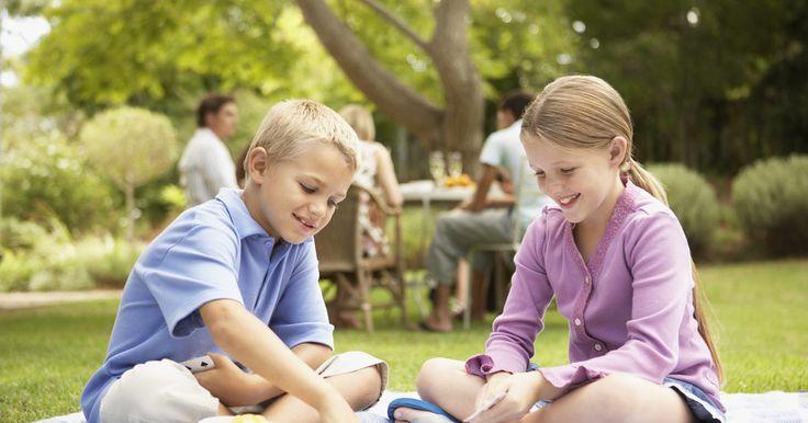 Atividades fáceis para crianças de 4 a 7 anos. Em um dia chuvoso, dê a seus filhos algo divertido e interessante para que eles fiquem ocupados. Seja criativo e use materiais que você já tem por perto para surgir com a próxima melhor coisa a fazer. Ou use jogos testados e que você saiba que realmente manterão seus filhos entretidos.