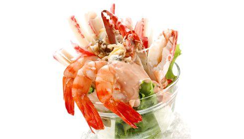 Cocktail de frutos do mar. Se a sua intenção é fazer uma salada fresca e rápida num dia de verão, então o cocktail de frutos do mar é a solução ideal para saciar todos os seus desejos.