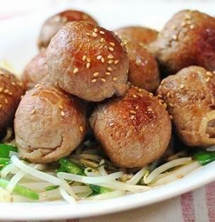 肉巻きおむすびは焼くのが主流の様ですが、今回はもやしとニラと一緒に中華風に炒めました。 コロコロと丸い形にかわいらしく仕上がりました。 - 180件のもぐもぐ - 肉巻きおむすびのニラもやし炒め byマイティさん by レシピブログ