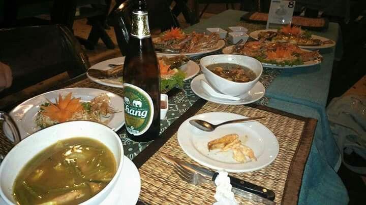 Birra Chang e banchetto thailandese, phi phi Island, Thailandia gennaio 2015