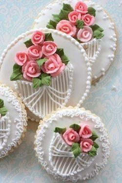 Roses and lace decorated cookies HV: cukormáz ételfestékek habzsák dekorcső coupler Megvásárolhatsz mindent a GlazurShopban! http://shop.glazur.hu #kekszdekoracio