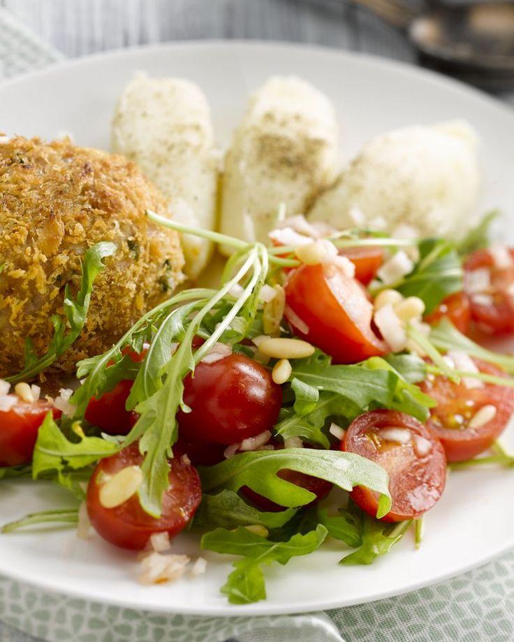 Dit zuiderse kippengehaktbroodje met parmezaan is lekker met puree en een salade van rucola en kerstomaatjes. Eenvoudig en heerlijk smullen!