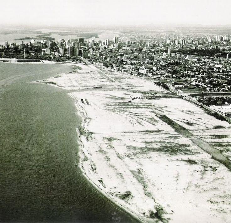 O aterro do Lago Guaíba em outubro de 1959. Mostra o aterro onde hoje estão as avenidas Edvaldo Pereira Paiva (avenida Beira-Rio) e a Borges de Medeiro.