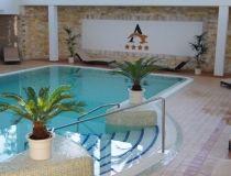 A Hotel Atlantis****superior #Hajdúszoboszló egyik ékessége. A szálloda nagyon modern, elegáns, új létesítmény, számos családbarát fejlesztéssel, melyet az utóbbi időben hajtottak végre azzal a céllal, hogy a családok igényeinek is maximálisan megfeleljenek.A bababarát felszerelések teljes tárháza a vendégek rendelkezésére áll. A gyerekek a szárazon és a vízben is jól szórakozhatnak. A wellness részlegen az élménymedence játékokkal várja Őket.