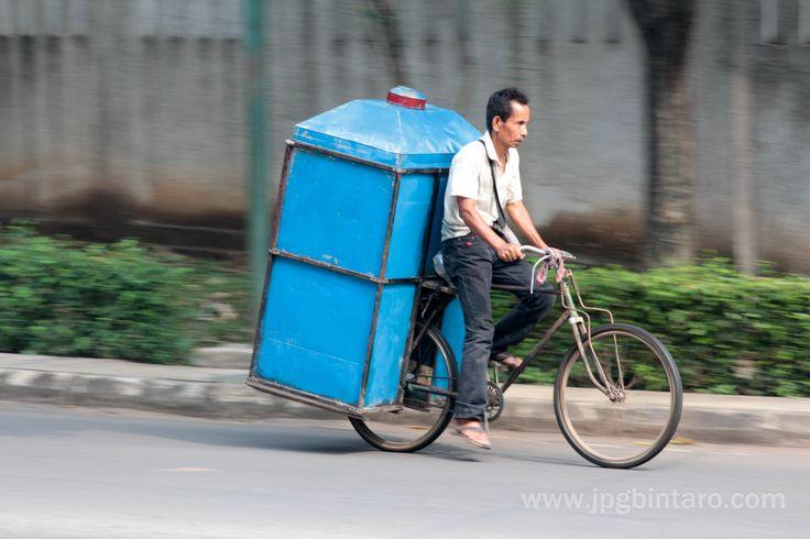 Sepeda onthel itu kuat dan tahan lama, sangat membantu manusia dalam bekerja.  Post by http://www.jpgbintaro.com