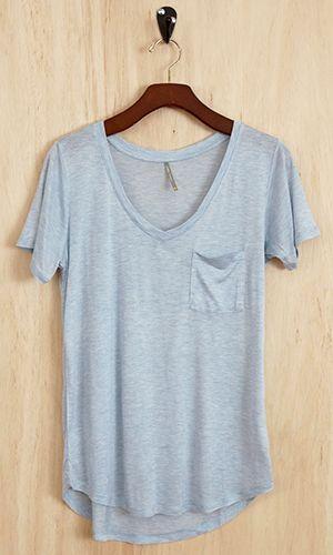 Me gusta camisas con bolsillos. Esta camisa es floja y cómoda. Me la pondría en escuela.