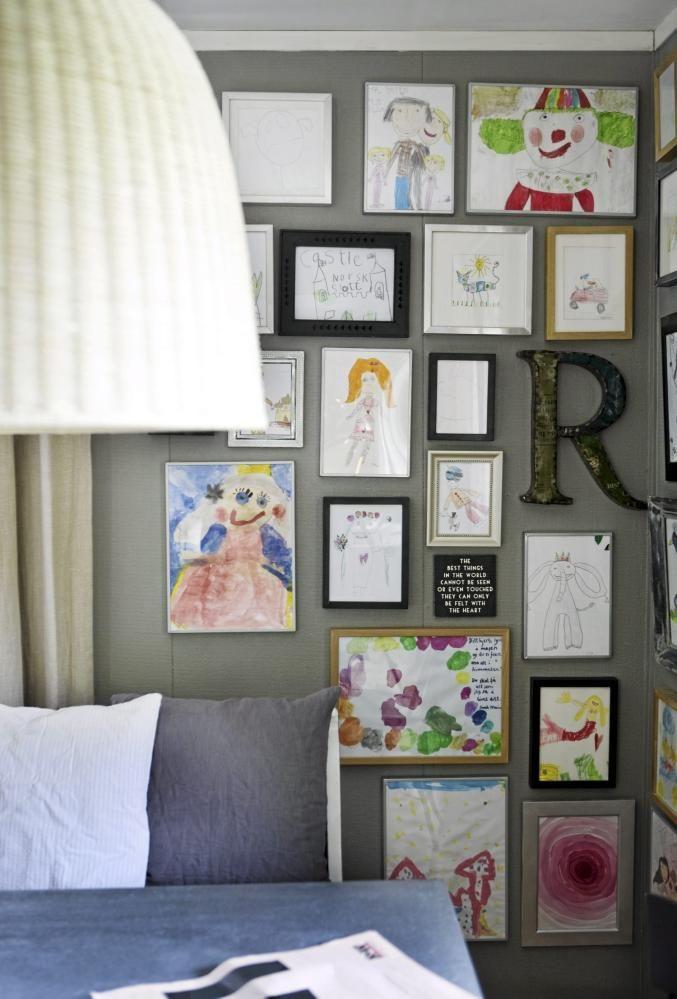 Ved å henge flere bilder tett-i-tett på en liten vegg, gjør man veggen til et bilde i seg selv.