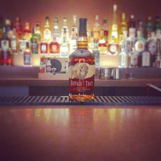 **Bottle in Space7** nuovo arrivo SPAZIO7 ●BUFFALO TRACE Kentucky Straight Bourbon Whiskey Sulle rive del fiume Kentucky, sulla rotta della migrazione dei bufali verso ovest, si trova oggi la distilleria più premiata al mondo. #spazio7 #fondazionererebaudengo #buffalotrace #whiskey #bourbon #kentucky #Torino