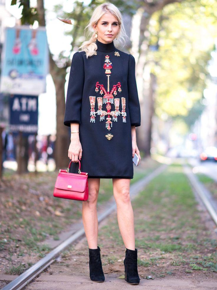 Bloggerin Caro Daur zeigt, wie man ein Kleid mit Stickereien easy stylt. Durch die aufwendige Verarbeitung braucht man bei so einem Look gar nicht mehr so viele Accessoires. Einfach klassische Stiefeletten - gerne auch aus Samt - und eine Minibag zum verzierten Kleid kombinieren. Fertig ist der Silvester-Look.