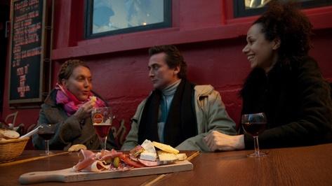Au rendez-vous des Amis : 23 rue Gabrielle, métro Abbesses ou Pigalle.  Tlj 8h-2h.  Demi 2,80€. Snack le midi, planche le soir.