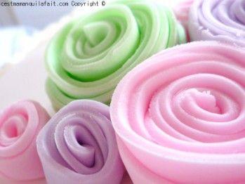 """Voici comment faire des roses express' et simplifiées en pâte à sucre. Je les appelle des """"roses pour enfants"""" parce que c'est comme cela que les enfants font des roses en pâte à modeler ... mais le nom d"""