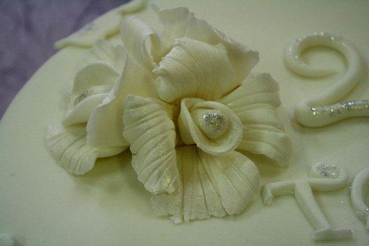 fiori bianchi per un #anniversario stupendo. Realizzazione di  https://twitter.com/simocakedesign