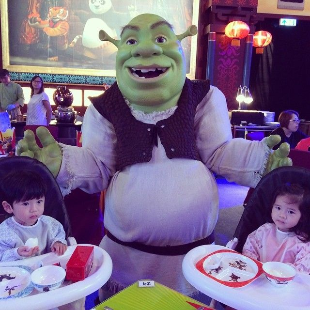 The adorable twins - #Jesper & #Chelsea having Shrekfast with Shrek!