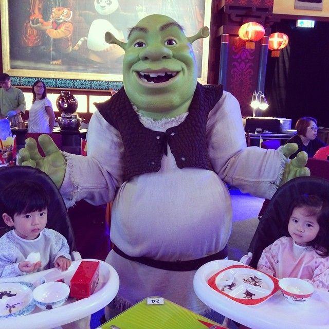 The adorable twins - #Jesper & #Chelsea having Shrekfast with Shrek!