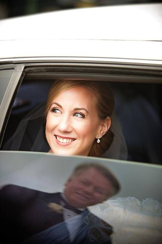 Idea de fotografía de padre de la novia reflejado en ventana del carro. #FotografiaDeBodas