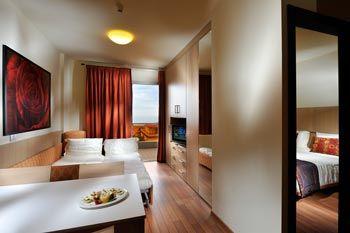 EASY SUITE: Suite di 32 mq, formata da due locali separati. La camera ha un ampio letto matrimoniale (anche separabile) e il soggiorno ospita altri due comodi posti letto. Le Easy sono attrezzate con angolo cottura, ideale scaldare le pappe ai bimbi più piccoli, tavolo e sedie. Soluzione giusta per 4/5 persone. DOTAZIONI 32m2 + Terrazzo, TV Sat LCD, Frigobar, Phon, Clima, Cassaforte, 1 camera + zona giorno con divano letto ed angolo cottura, connessioni internet Wi.Fi e Sky.