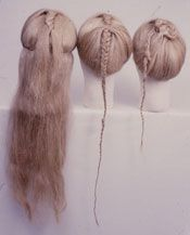 Ældre jernalders hårmode. De kvindelige moselig har mange forskellige frisurer, fra næsten helt skaldede hoveder til komplicerede frisurer med langt hår og forskelligt tilbehør. Nogle frisurer er arrangeret i fletninger med flettede snore, hårbånd eller huer, som kvinderne fra Elling nær Silkeborg i Østylland, Stidsholt i Vendsyssel og Bredmose i Himmerland. Mandsligene har kort eller mellemlangt hår som Grauballemanden nær Silkeborg og manden fra Vester Torsted nær Egtved. Andre mænd er…