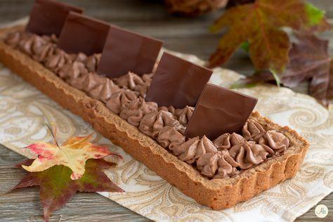 Crostata al cacao e nocciole con namelaka al cioccolato fondente - un dolce semplice e delicato, con la crema namelaka soffice e golosissima.