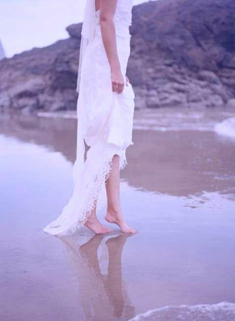 """""""Mas então descobrimos que a magia não está no fundo do oceano ou no topo de uma montanha. A magia está naquilo que vivenciamos e superamos a cada dia, nos recomeços, nas despedidas, nos encontros e reencontros...""""  Fabíola Simões"""