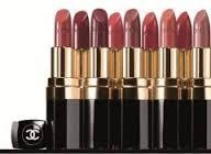 Een lippenstift kunt je bepalen met je huidskleur. Met een donkere huidskleur  kies je dan  rood bruin.. Met een lichte huidskleur kis je dan donkerbruin donkere bessenkleur. Zo heb je dan een voor elke huidskleur een lippenstift.